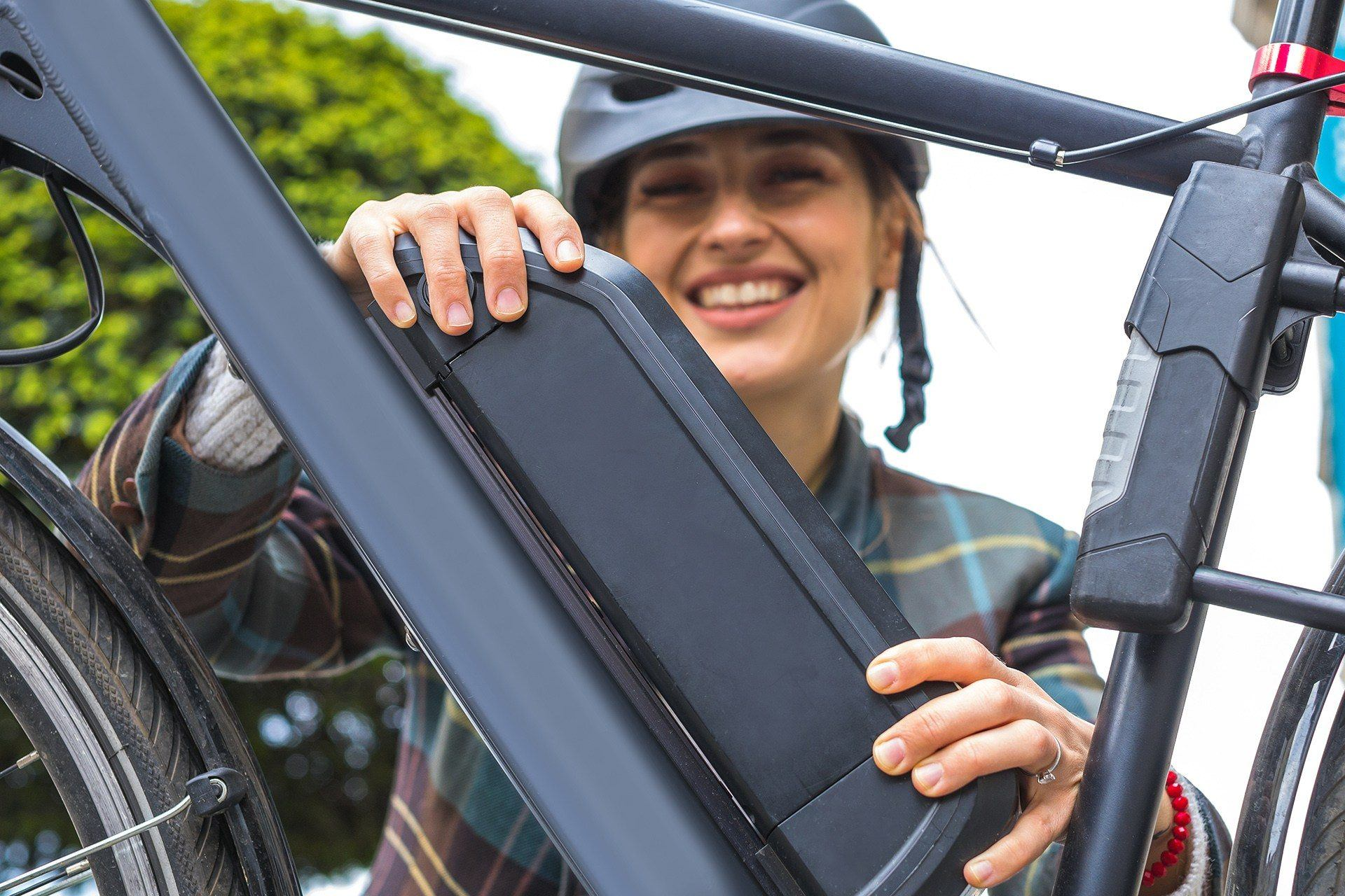 Dame die de accu van haar E-bike veilig gaat opbergen